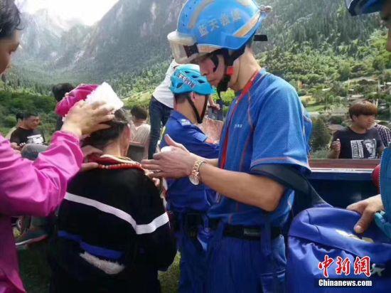甘肃志愿者为震区受伤民众处理创伤。 钟欣 摄