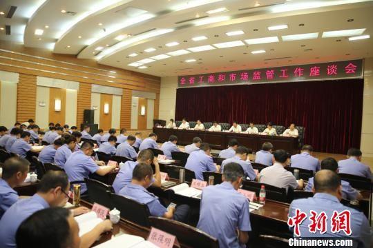 8月10日,甘肃省工商局举行半年工作会议现场。会议发表,上半年甘肃共接听消费者电话89734件,为消费者挽回经济损失2341.2万元。 史静静 摄