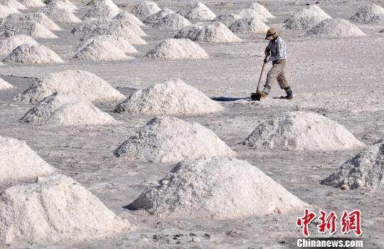 据《高台县志》记载,高台县自汉代就盛产芒硝和原盐,冬产硝、夏产盐。 张渊 摄