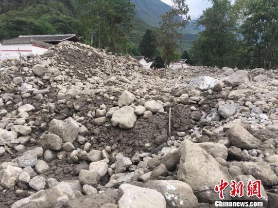 8月11日,甘肃陇南文县天池镇白马村,暴洪泥石流灾祸发作的淤积最高达8米,整理难度大。 南如卓玛 摄
