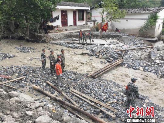 图为城镇安排村里的民兵在建立便桥。 南如卓玛 摄