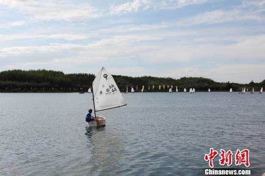 """图为参加2017年""""中国银行""""杯中国・张掖丝绸之路青少年帆船城市邀请赛的帆船运动爱好者正在熟悉比赛场地。 徐雪 摄"""
