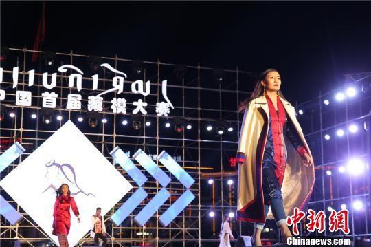 参赛选手身着藏族服饰走秀。 史静静 摄