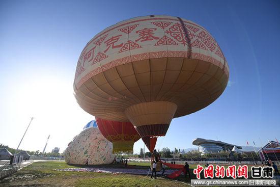 """""""哈萨克毡房热气球""""由国际著名热气球厂家根据阿克塞哈萨克自治县的哈萨克民族花纹图案和毡房造型特征设计,经过数月的调试和精湛的工艺最终成型。此球直径长达21米、高23米、体积达2800立方米,通过世界纪录协会认证是目前世界上唯一一个,也是最大的哈萨克毡房热气球。"""