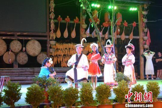 图为白马藏族儿童表演舞台剧。 李新星 摄