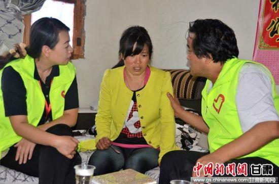 图为甘肃经济动员心理干预服务大队队员抚慰受灾群众。