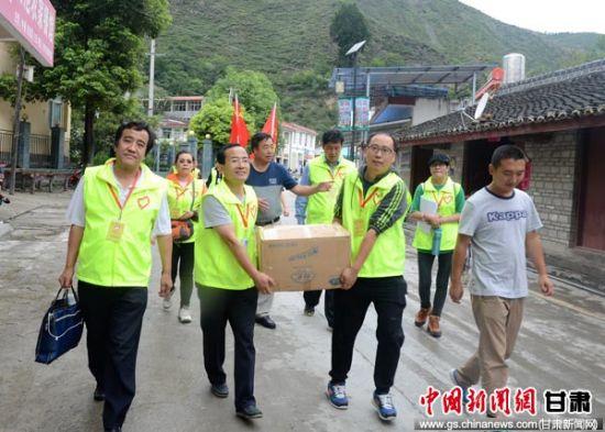 图为甘肃经济动员心理干预服务大队给幼儿园的孩子们捐赠书籍等物资。