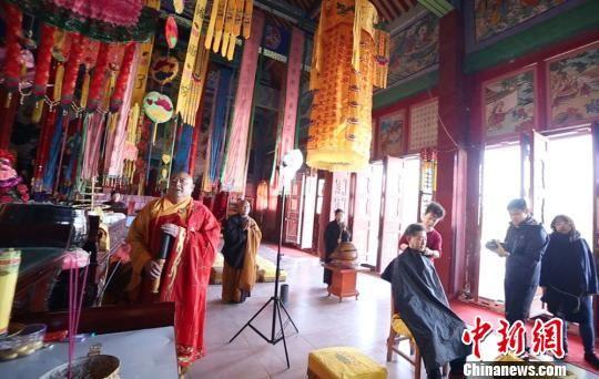 图为章金莱在瓜州县安定寺剃度。 魏金龙 摄