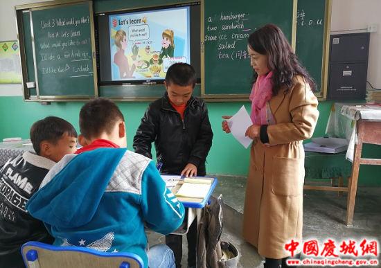 支教教师与桐川郭旗教育点学生进行英语对话