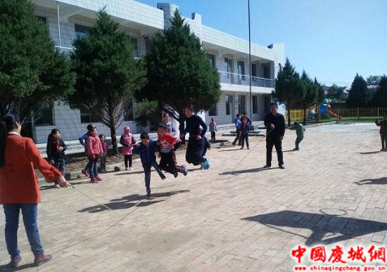 支教教师与马岭安肴教育点学生课间跳绳。