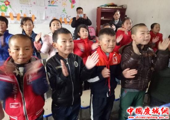 桐川大滩教育点的孩子们在专心的上音乐课。