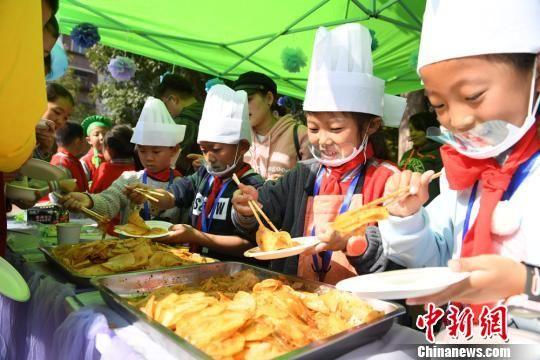 图为小学生现场制造美食。 杨艳敏 摄