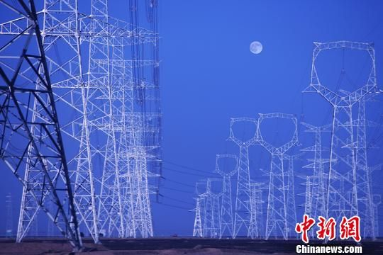 图为运送动力的甘肃电网。 秦铁飞 摄