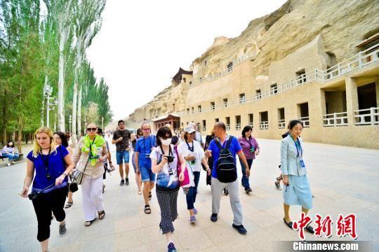 资料图:国内外旅行商考察团在敦煌莫高窟参观考察。 王斌银 摄
