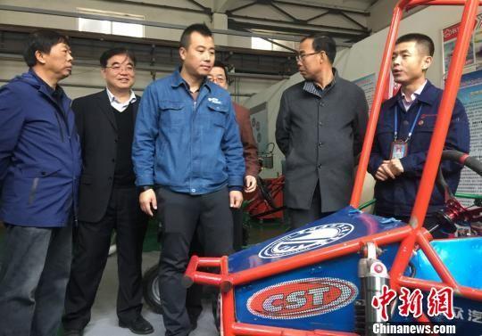 图为陇原工匠参观学生制造的赛车。 刘玉桃 摄