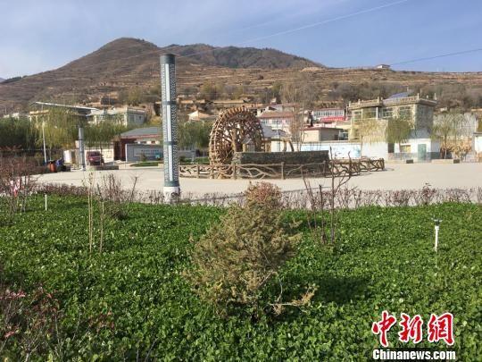 分豁岔村由垃圾坑填埋修建而成的老年文化广场,在冬日的暖阳里生机勃勃。 张婧 摄
