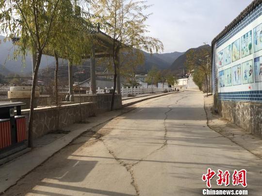 图为分豁岔村干净整洁的村道。 张婧 摄