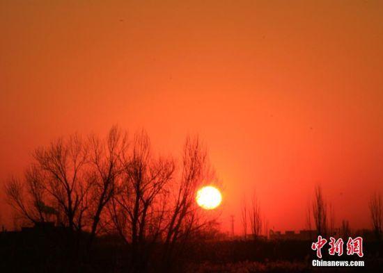 好一派瑰丽的日升景象,这样浓艳。 陈礼 摄