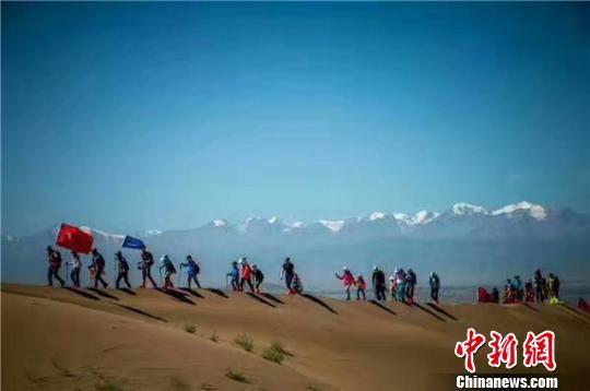 资料图:图为甘肃冬春户外运动游。 钟欣 摄