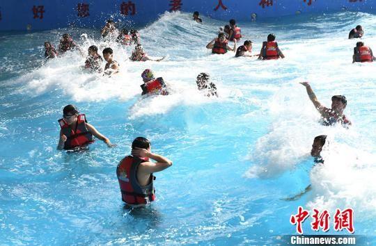 图为市民水中狂欢。 杨艳敏 摄