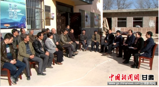 图为杨晓妮一行在连搭镇薛家营村开展调研和宣讲。