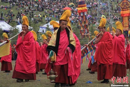 """资料图:甘肃甘南藏族自治州,拉卜楞寺僧人演奏拉卜楞佛殿音乐""""道得尔""""。丁思 摄"""