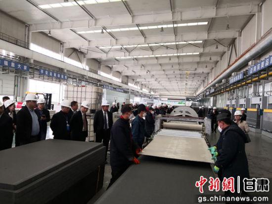 4月13日下午,与会人在兰州新区参不雅观甘肃建投钢构造消费厂区。冯志军 摄