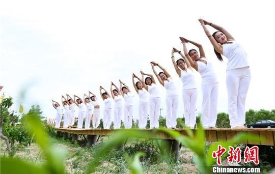 瑜伽喜好者户外熬炼,在大自然中体验举动的兴趣。 王将 摄