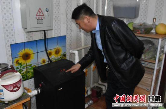图为三道沟镇东湖村杨彦柴设置电热锅炉温度。