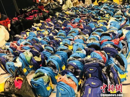 """此次""""街舞进藏区""""公益活动,还为甘南藏族自治州迭部县的留守儿童和贫困学生捐款捐物。图为部分捐助物资。 陈善雄 摄"""