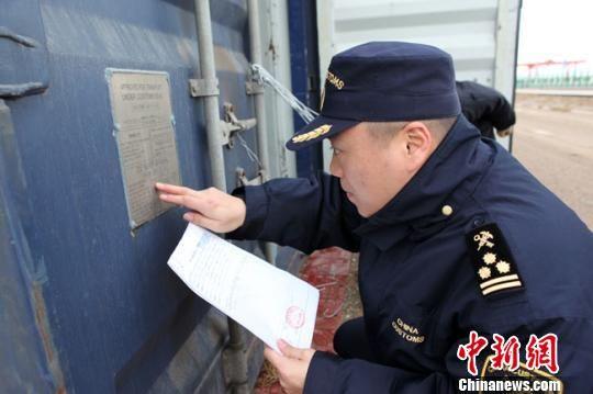 图为兰州海关监管中欧班列出口集装箱。(资料图) 钟欣 摄
