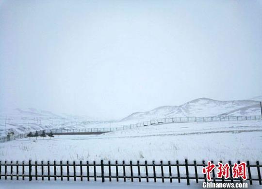 4月12日晚,乌鞘岭出现强降雪天气过程过程。截至13日9时,降水量达9.4毫米,积雪深度达6厘米,最低温度-3.0℃,目前降雪仍在持续。乌鞘岭气象站供图