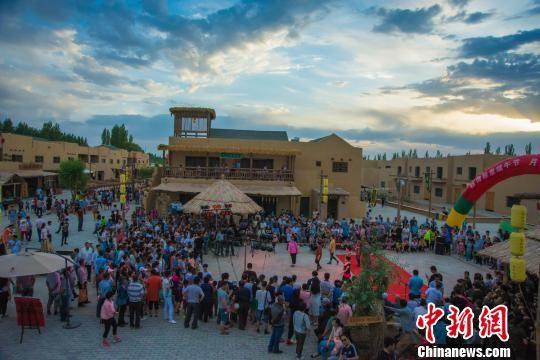 图为月牙泉小镇举行民俗文化展演活动。(资料图) 王斌银 摄