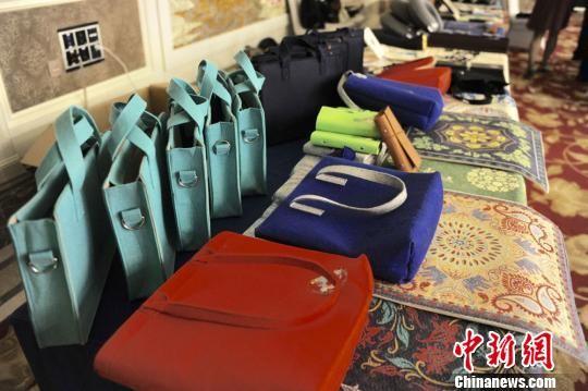 图为东乡县民族特色的文创产品展示。(资料图) 崔琳 摄