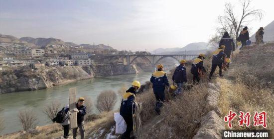 图为职工们携带查验、检测设备筹备上桥。 魏建军 摄