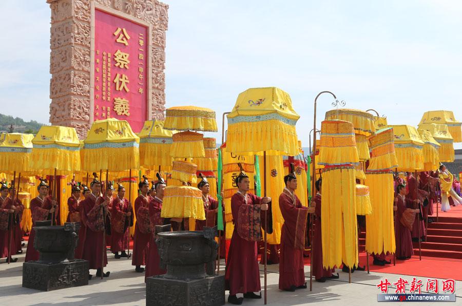乐舞告祭:200名手举凤引、龙旗、幡杖、宝盖的仪仗队