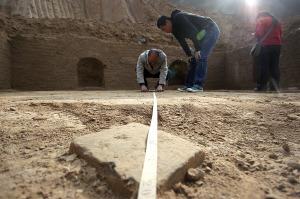 晏家坪 丁凯/考古人员对墓底的五行方砖进行测量丁凯摄