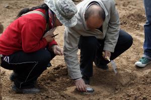 晏家坪/考古人员对墓底的五行方砖进行测量丁凯摄