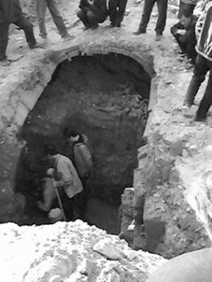嘉峪关/文物部门现场发掘。
