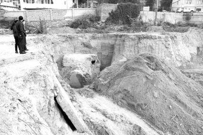 兰州/图为:工地上挖出的古墓。