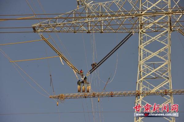 中国首条特高压线路成功跨越超高压线路