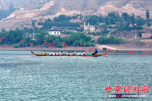 图:甘肃永靖龙舟队备战2013中华龙舟大赛 -青藏铁路