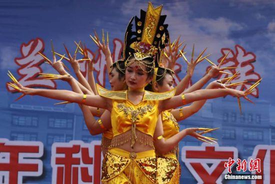 """兰州校园的学生版舞蹈""""千手观音"""" 华夏文明传承创新区 绚丽甘肃图集"""