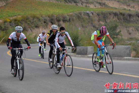 """""""兰洋杯""""关山山地自行车骑游活动如期举行.图为参加骑行活动的"""