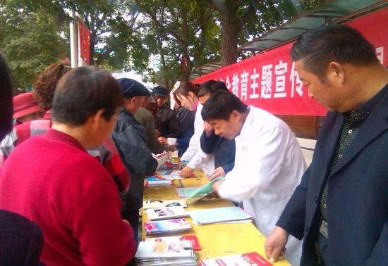"""阳镇东关社区在人口密集的县城城中公园开展了以\""""珍爱生命、安全"""