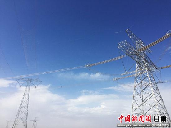 回首酒湖工程(甘肃段)的372次跨越施工