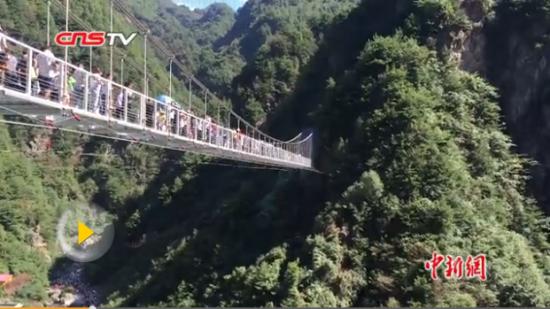 西北首座玻璃式空中吊桥迎客 游客排队爬山上桥