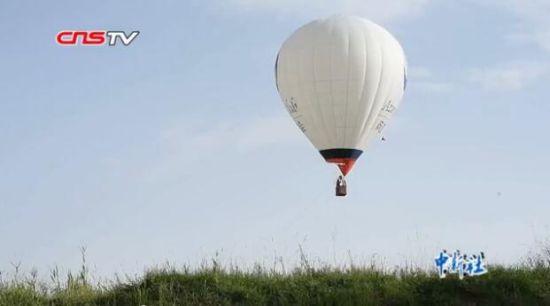 """哈萨克族中年夫妻乘热气球上演""""天空之恋"""""""