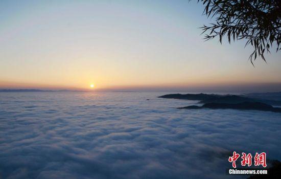 金沙会线上娱乐:站在云端看日落_甘肃深山现日落云海
