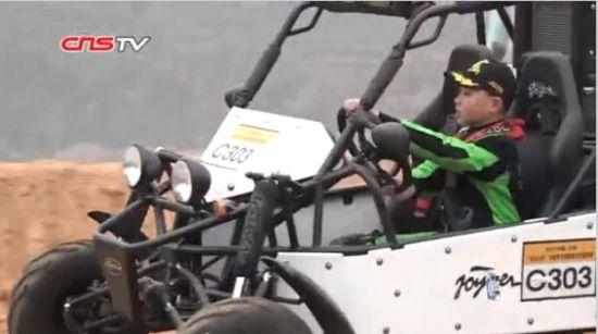 兰州金龙山杯全地形车邀请赛:少年秀车技博观众眼球